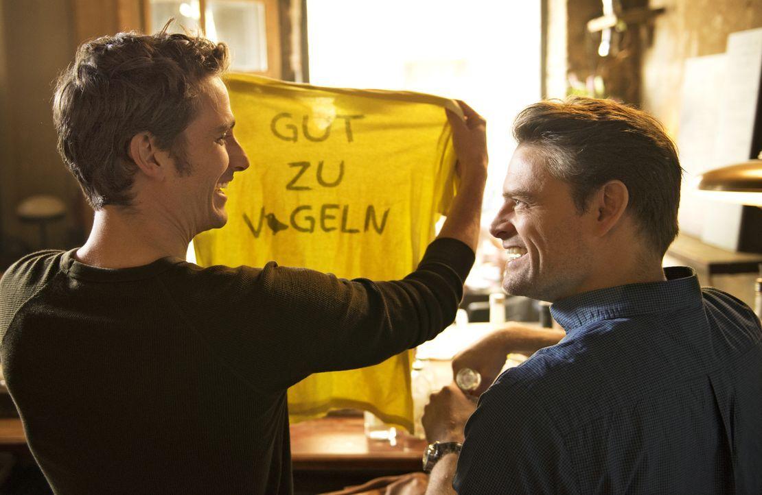 Damals, das erste Mal auf dem Ballermann, fanden sie das Shirt noch lustig. Doch zum Glück sind Jacob (Max von Thun, l.) und Simon (Max Giermann, r.... - Bildquelle: Marc Reimann Constantin Film Verleih GmbH/Marc Reimann
