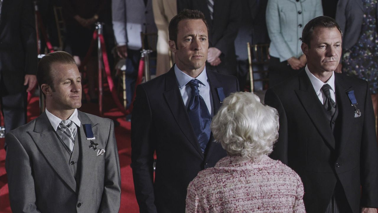 Wahr oder nur ein Traum? Steve (Alex O'Loughlin, M.), Danny (Scott Caan, l.) und Harry Langford (Chris Vance, r.) werden von Queen Elisabeth II. aus... - Bildquelle: Norman Shapiro 2016 CBS Broadcasting, Inc. All Rights Reserved