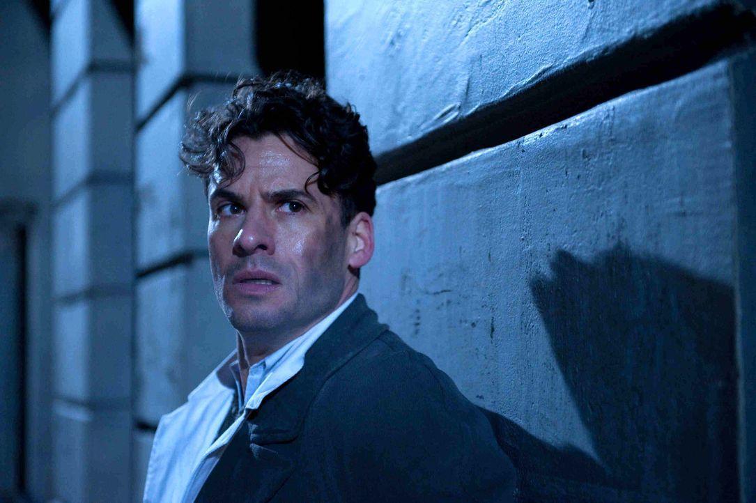 Robert Elbing (Stephan Luca) ist ein britischer Spion und praktizierender Arzt, der nur ein Ziel kennt: Er will den Krieg und das Morden beenden - k... - Bildquelle: SAT.1