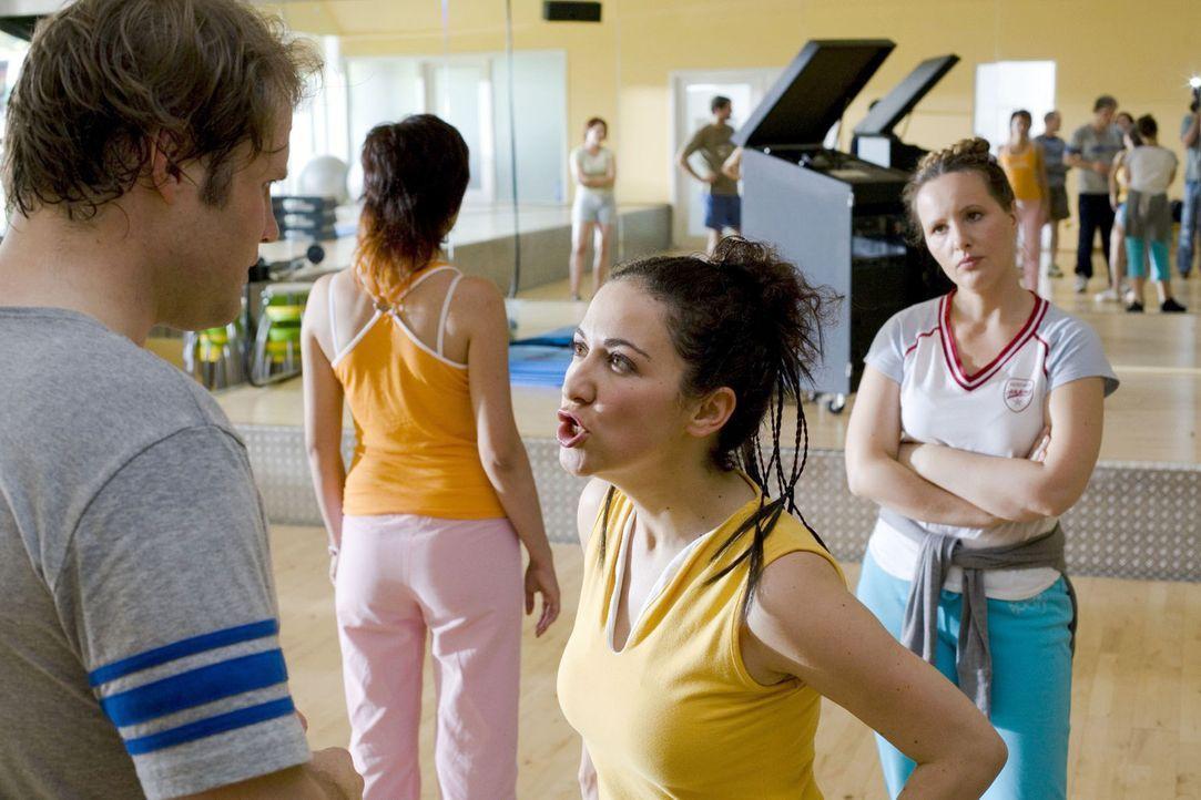 Im Fitness-Studio werden Kurse angeboten, die nicht nur schweißtreibend sind, sondern auch Übung in Sachen Koordination erfordern. Die Nerven einer... - Bildquelle: Guido Engels Sat.1