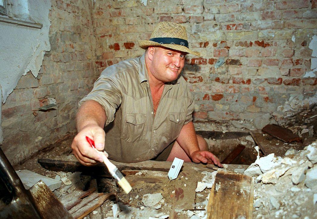 Markus Maria Profitlich betreibt bei sich zu Hause ein wenig Archäologie. - Bildquelle: Gordon Mühle Sat.1