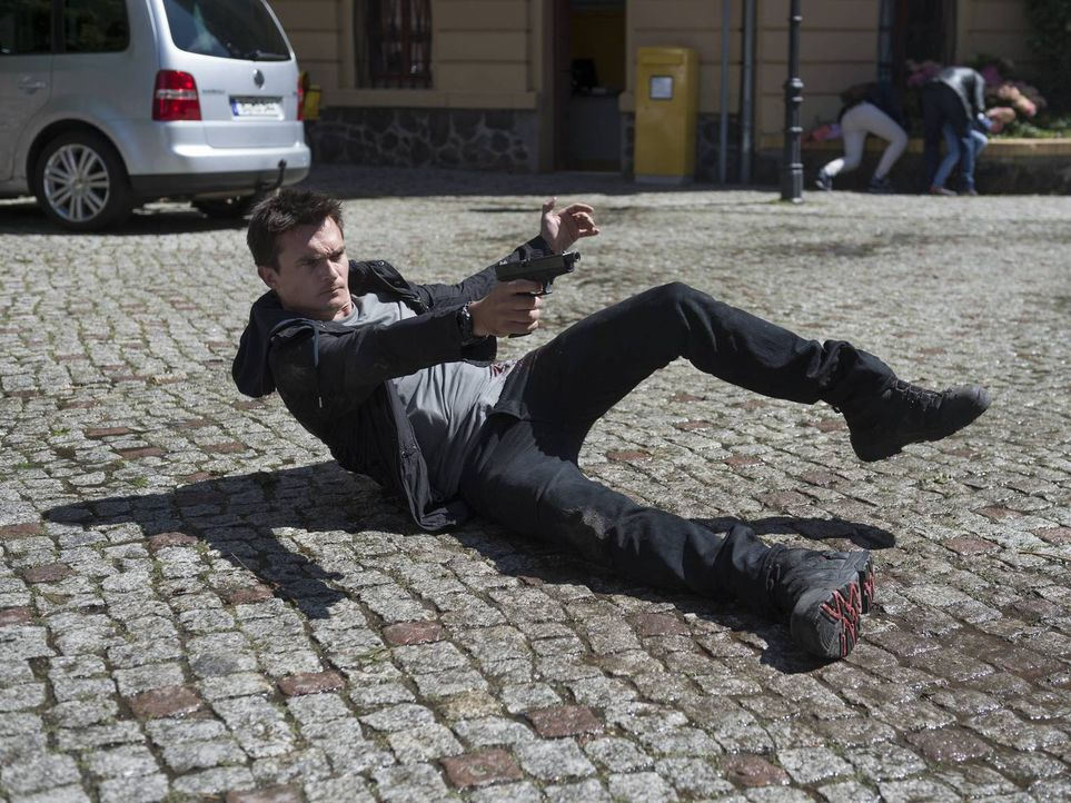 Als Quinn (Rupert Friend) auf dem Weg zum Schließfach ist, wird er angeschossen. Gemeinsam mit Carrie muss er nun untertauchen um zu überleben ... - Bildquelle: Stephan Rabold 2015 Showtime Networks, Inc., a CBS Company. All rights reserved.