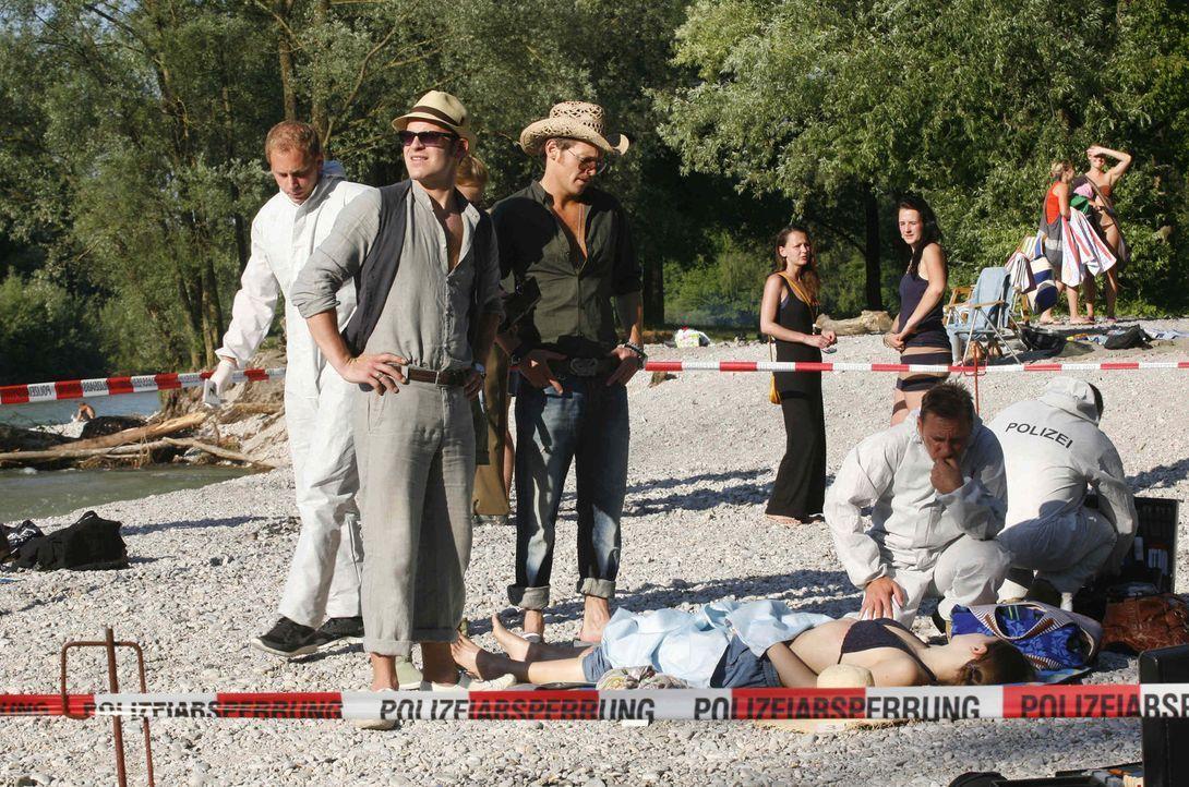 Haben eine Leiche, die mitten im sommerlichen Trubel an der Isar vergiftet worden sein soll: Gerry (Johannes Zirner, r.) und Tristan (Marc Ben Puch,... - Bildquelle: Erika Hauri SAT. 1