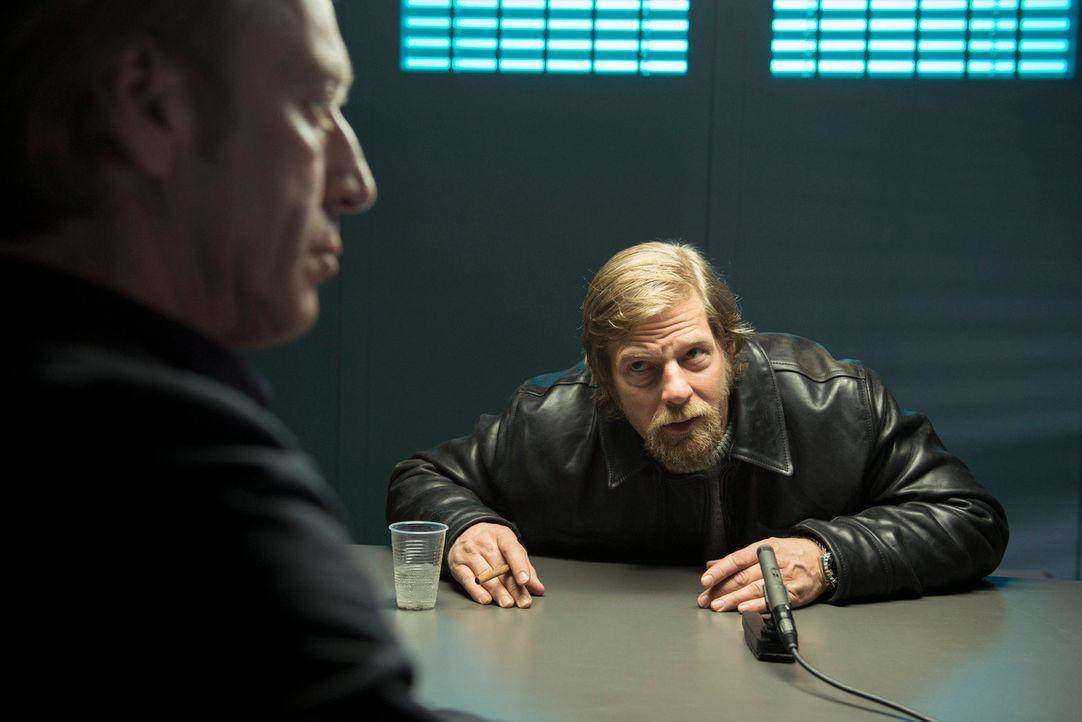 Mick (Henning Baum, r.) ist überzeugt, dass der wahre Mörder der Abteilungsleiter des LKAs ist: Rüdiger Bremme (Oliver Stritzel, l.) ... - Bildquelle: Martin Rottenkolber SAT.1