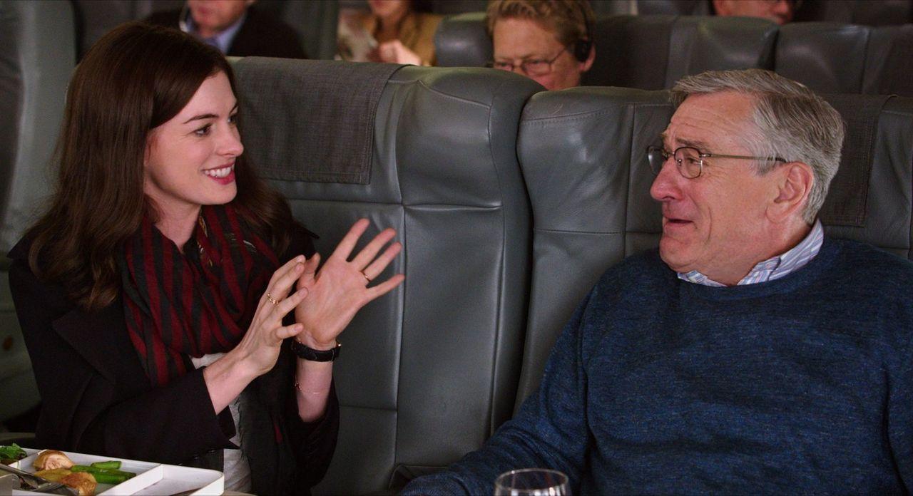 Für Jules (Anne Hathaway, l.), die in ihrer Rolle als Geschäftsführerin häufig überfordert ist, wird Ben (Robert De Niro, r.) zur wichtigen Stütze u... - Bildquelle: Warner Brothers