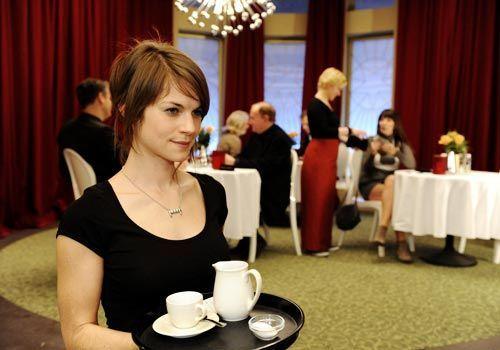 Nachdem Jenny Emma angeboten hat, sich den Job im Saal Eins zu teilen, verstehen sich die beiden zunächst richtig gut und freunden sich ein wenig a... - Bildquelle: Christoph Assmann - Sat1