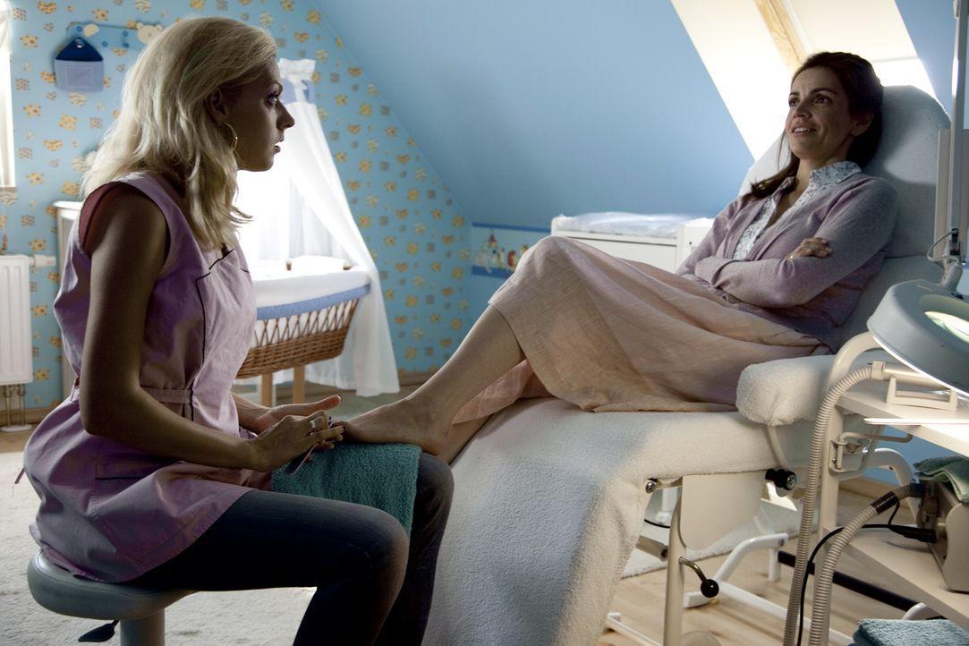 Erst spät erkennt Moni (Rebecca Immanuel, r.), dass ihre Freundin Nicole (Nadja Petri, l.) diejenige ist, mit der ihr Ehemann ein Verhältnis hat. Da... - Bildquelle: SAT.1