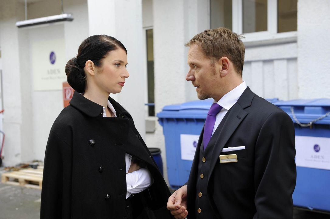 Carlo (Mathias Kahler-Polagnoli, r.) ist gedemütigt, als Gina (Elisabeth Sutterlüty, l.) ihn mit seiner Eifersucht einfach stehen lässt ... - Bildquelle: SAT.1
