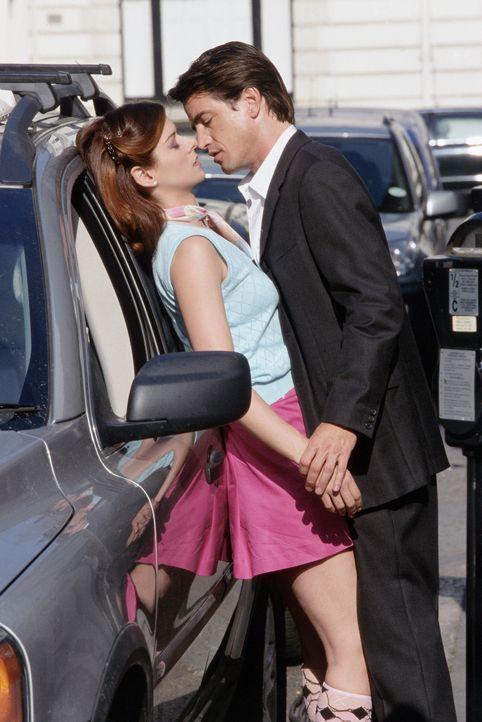Um sich vor Jeff, ihrem Ex und Trauzeugen bei der Hochzeit ihrer Schwester, keine Blöße zu geben, engagiert Kat (Debra Messing, l.) den smarten Ca... - Bildquelle: Gold Circle Films