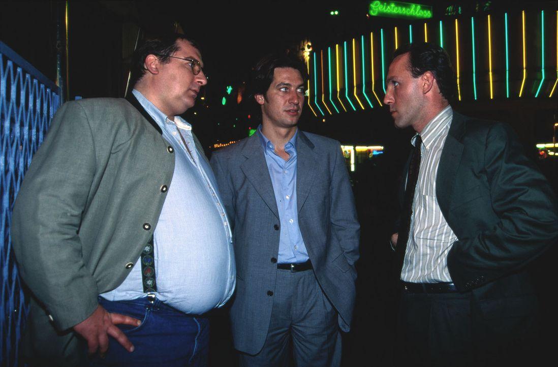 Kommissar Moser (Tobias Moretti, M.), Peter Höllerer (Wolf Bachofner, l.) und Ernst Stockinger (Karl Markovics, r.) suchen Rex und Birgit im Vergnüg... - Bildquelle: Ali Schafler Sat.1
