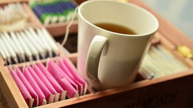 Eine der wichtigsten Mittel gegen eine Erkältung: Viel Trinken, am besten woh...