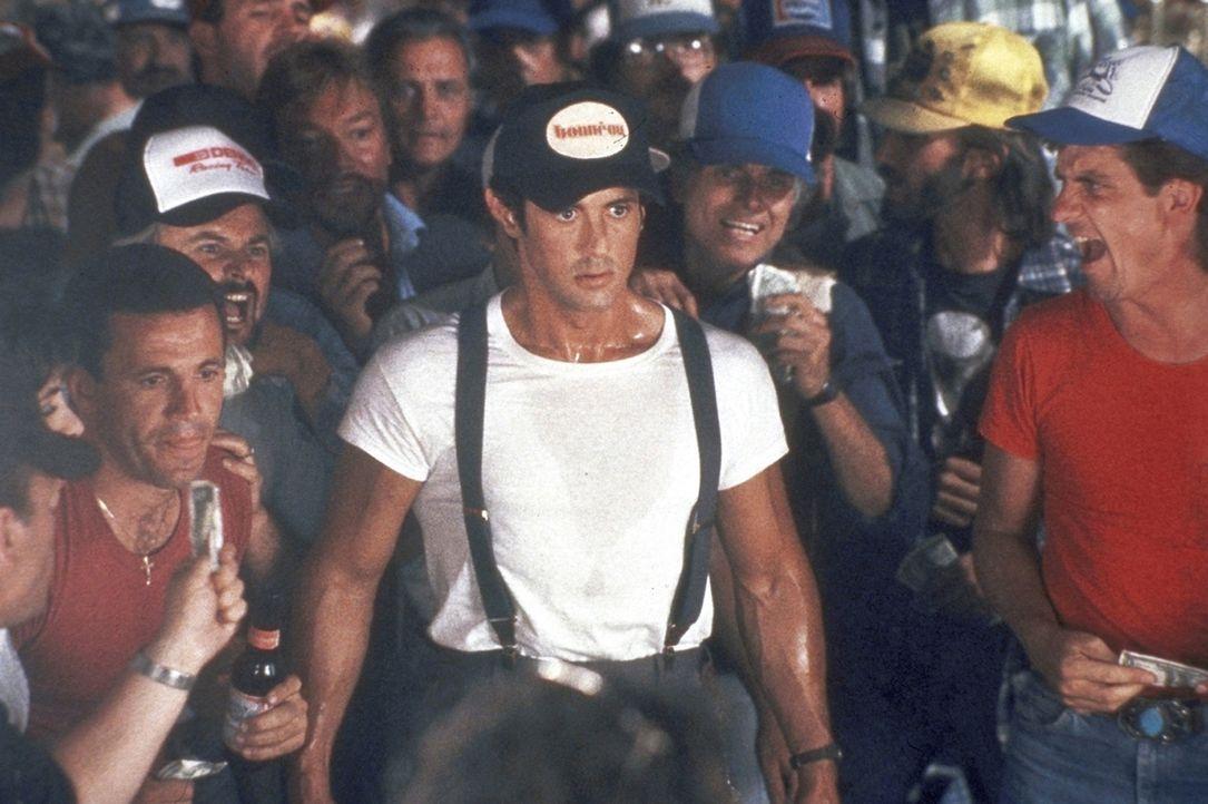 Lincoln Hawk (Sylvester Stallone, M.) fährt nach Las Vegas, um an der Weltmeisterschaft im Armdrücken teilzunehmen. - Bildquelle: Warner Bros.
