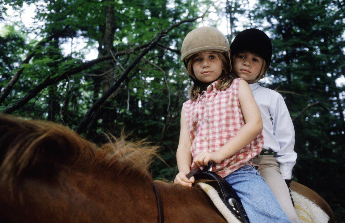 Die beiden identisch aussehenden Mädchen Amanda (Mary-Kate Olsen, l.) und Alyssa (Ashley Olsen, r.) lernen sich im Sommercamp kennen, und schließe... - Bildquelle: Warner Bros.