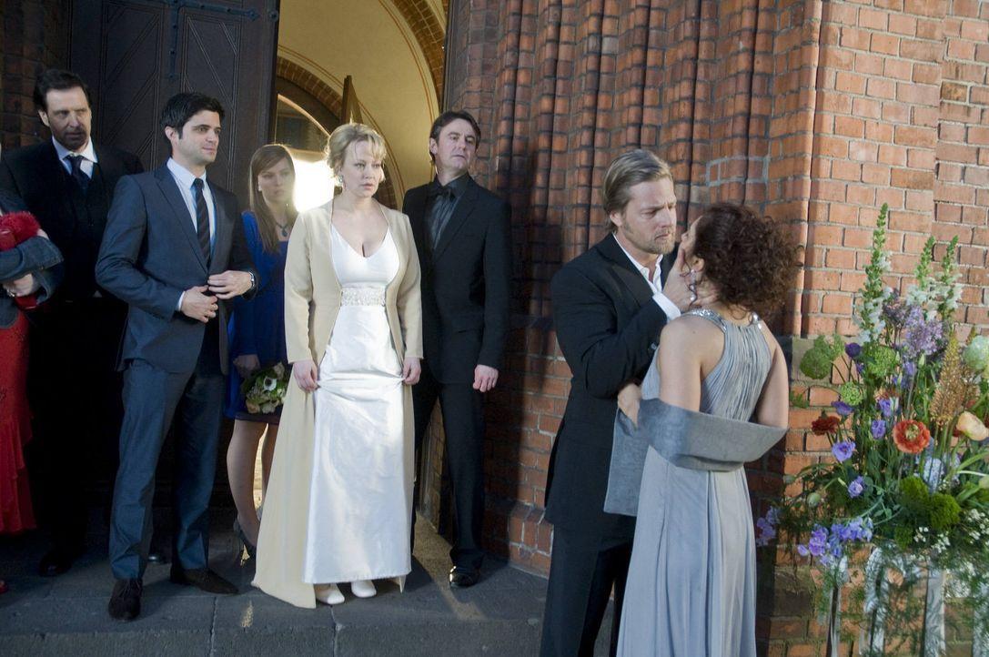 Während Mick (Henning Baum, 2.v.r.) eine völlig überraschte Tanja (Proschat Madani, r.) küsst, lässt Lisa (Floriane Daniel, hinten 2.v.r.) ihre... - Bildquelle: SAT.1