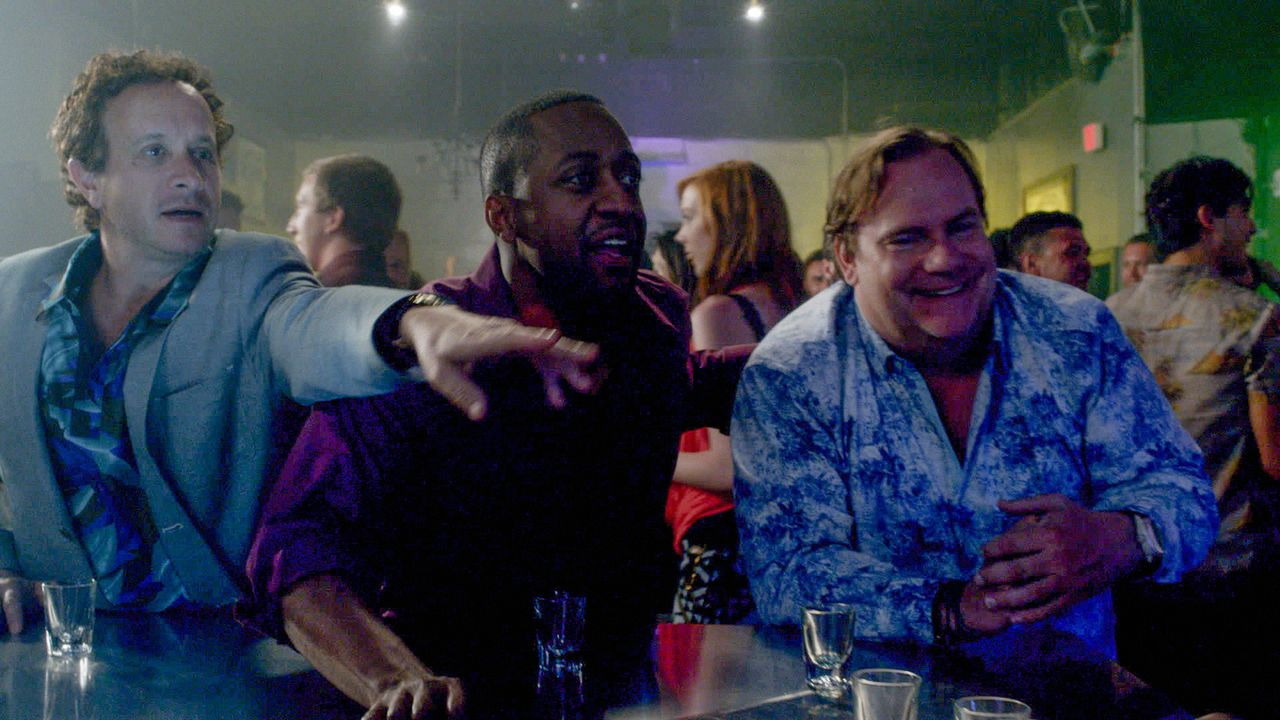 Erleben einen Abend, der ihr Leben verändert: Mickey Dickson (Kevin Farley, r.), Nolan Fremont (Jaleel White, M.) und Jake Lockhard (Pauley Shore, l... - Bildquelle: 2015 CBS Broadcasting Inc. All Rights Reserved.