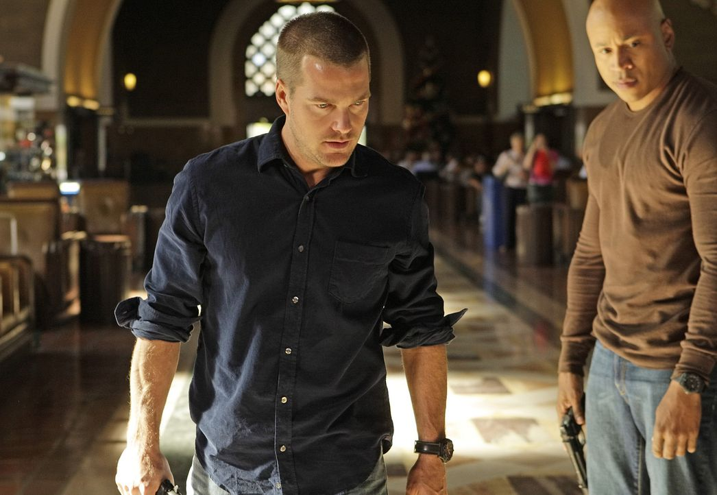 Callen (Chris O'Donnell, l.) und Sam (LL Cool J, r.) versuchen, den Mord an einem Taxifahrer aufzudecken, der auf offener Straße hingerichtet wurde... - Bildquelle: CBS Studios Inc. All Rights Reserved.