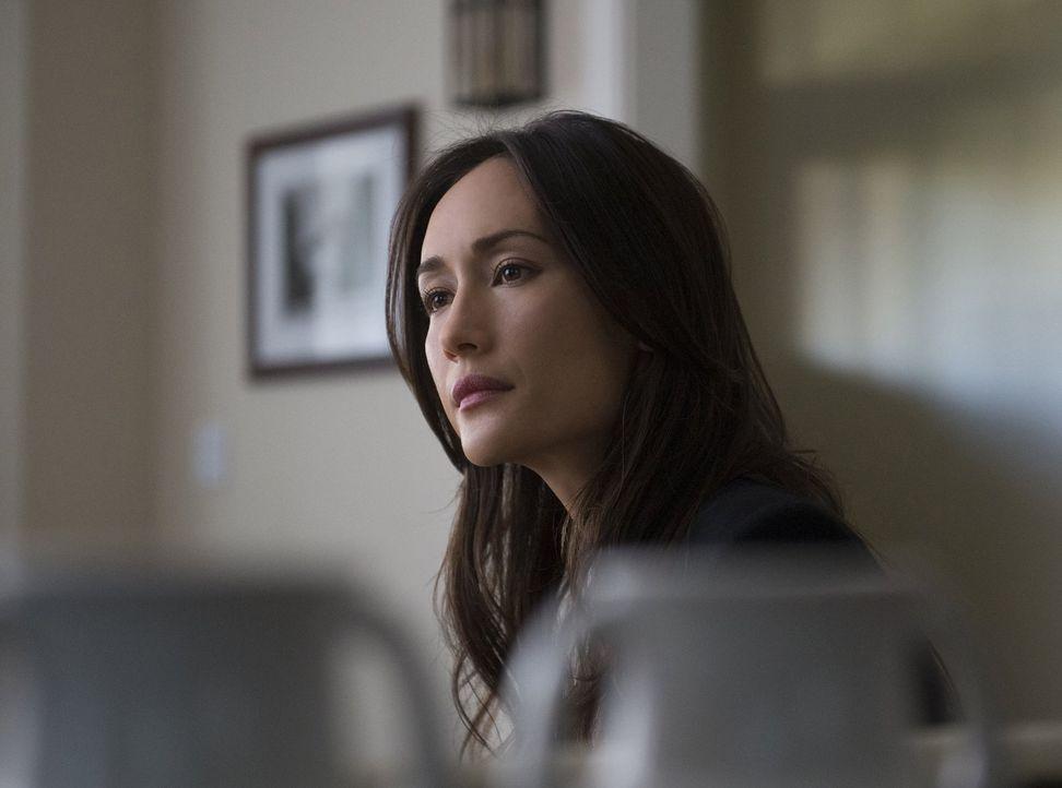 Während Beth (Maggie Q) in einem neuen Fall ermittelt, weiht Ray Perry in seine Pläne ein ... - Bildquelle: Warner Bros. Entertainment, Inc.