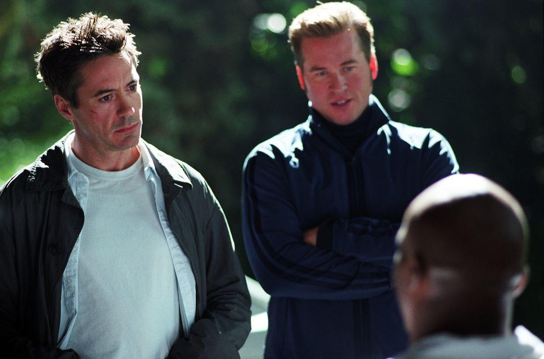 Kleinganove Harry Lockhart (Robert Downey Jr., l.) soll zur Vorbereitung auf eine Filmrolle als Detektiv den realen privaten Ermittler Perry (Val Ki... - Bildquelle: 2015   Warner Brothers