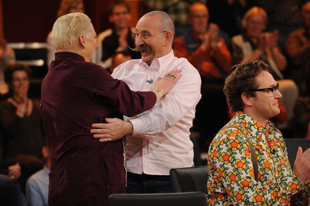 Hella von Sinnen (l.) freut sich mit Horst Lichter (M.) über die richtige Beantwortung einer Zuschauerfrage. Im Vordergrund klatscht Paul Panzer (r... - Bildquelle: Sat.1