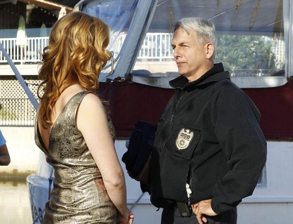 Special Agent Abigail Borin (Diane Neal, l.) die sich in den Fängen eines Blind Dates auf einem Restaurant-Boot befindet, ruft Gibbs (Mark Harmon,... - Bildquelle: CBS Television
