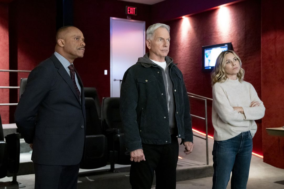 (v.l.n.r.) Leon Vance (Rocky Carroll); Leroy Jethro Gibbs (Mark Harmon); Jack Sloane (Maria Bello) - Bildquelle: Bill Inoshita 2019 CBS Broadcasting, Inc. All Rights Reserved. / Bill Inoshita