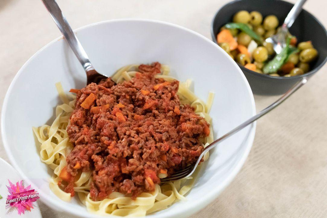 Tagliatelle mit Tomatensauce - Bildquelle: Stefanie Chareonbood