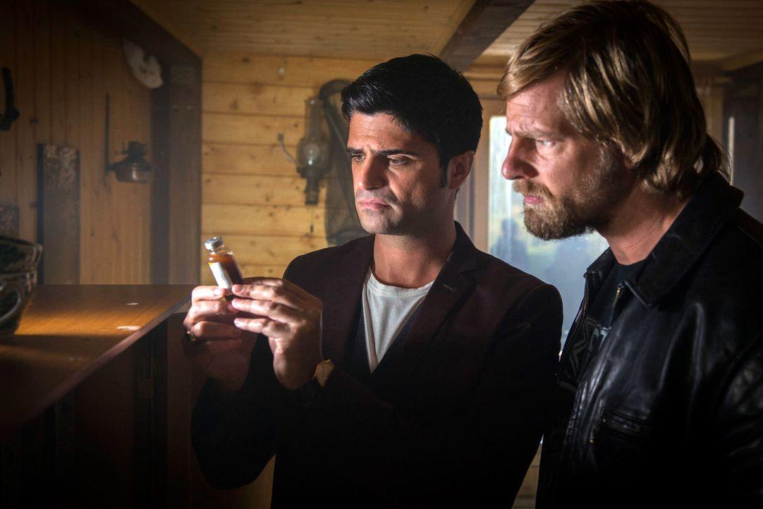 Stoßen auf eine Hütte im Wald, in der ein Haufen Medikamente und auch Morphium gelagert sind: Mick (Henning Baum, r.) und auch Andreas (Maximilian... - Bildquelle: Martin Rottenkolber SAT. 1