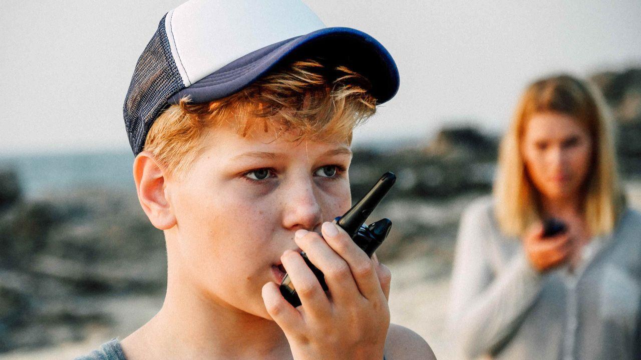 Immer wieder versucht Max (Mika Seidel, l.), seiner Mutter (Anna Loos, r.) die richtige Benutzung eines Walkie Talkies näherzubringen. Als Piraten d... - Bildquelle: Hans-Joachim Pfeiffer SAT.1