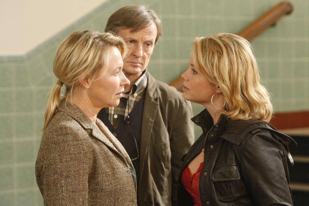 Danni (Annette Frier, r.) hat große Sympathie für ihre neue Mandantin Viktoria und ist bereit, vor Gericht zu gehen, auch wenn Viktorias Eltern Ka... - Bildquelle: SAT.1
