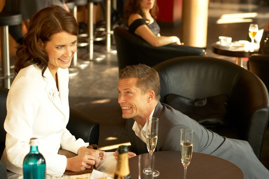 Mara (Anja Kling, l.) will Fred (Til Schweiger, r.) nur heiraten, wenn ihr nervtötender Sohn ihn akzeptiert. Um dessen Zustimmung zu bekommen, ist... - Bildquelle: Senator Film