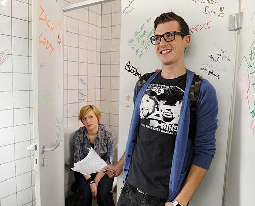 Hotte arbeitet eine Liste mit Beruhigungsvorschlägen ab, um Emmas Prüfungsangst zu mildern ... - Bildquelle: Christoph Assmann - Sat1