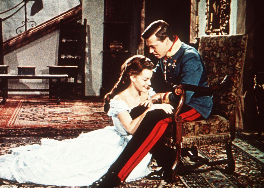 Die frischgekürte Kaiserin Sissi (Romy Schneider, l.) tut sich schwer, sich in das steife Hofzeremoniell ihres Mannes (Karlheinz Böhm, r.) einzufüge... - Bildquelle: Herzog-Filmverleih