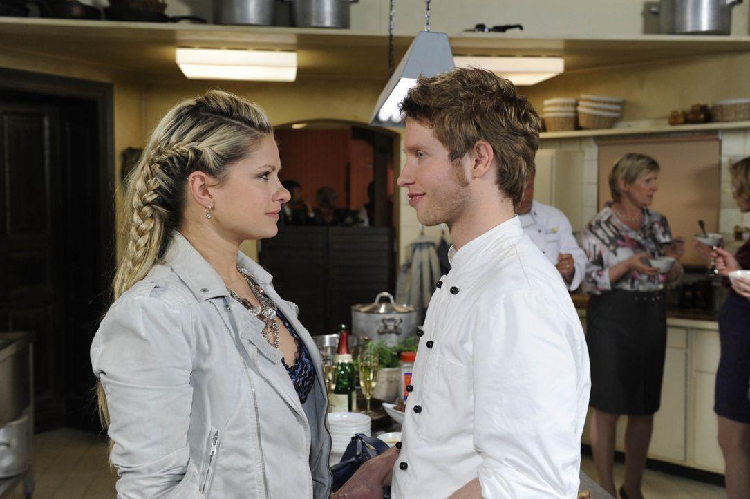 Als Mia (Josephine Schmidt, l.) erfährt, dass Jojo (Bernhard Bozian, r.) auswandern wird, fasst sie einen folgenschweren Entschluss ... - Bildquelle: SAT.1
