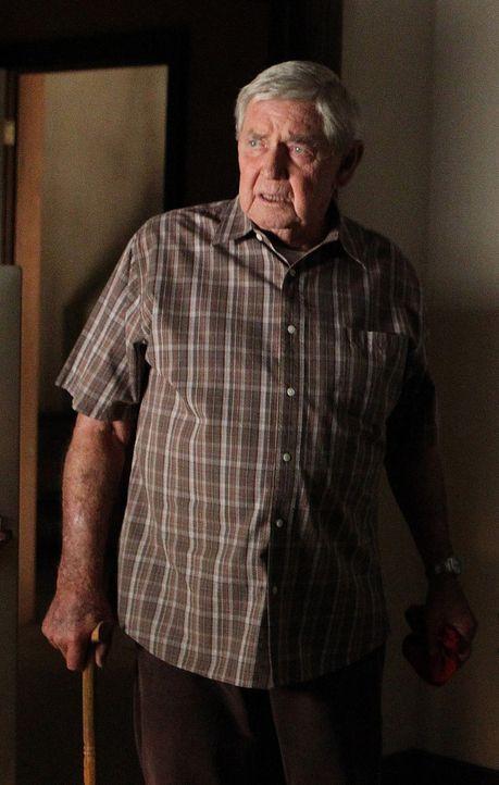 Nachdem er Besuch von Paloma Reynosa hatte, ist er vorübergehend zu seinem Sohn gezogen: Jackson Gibbs (Ralph Waite) ... - Bildquelle: CBS Television