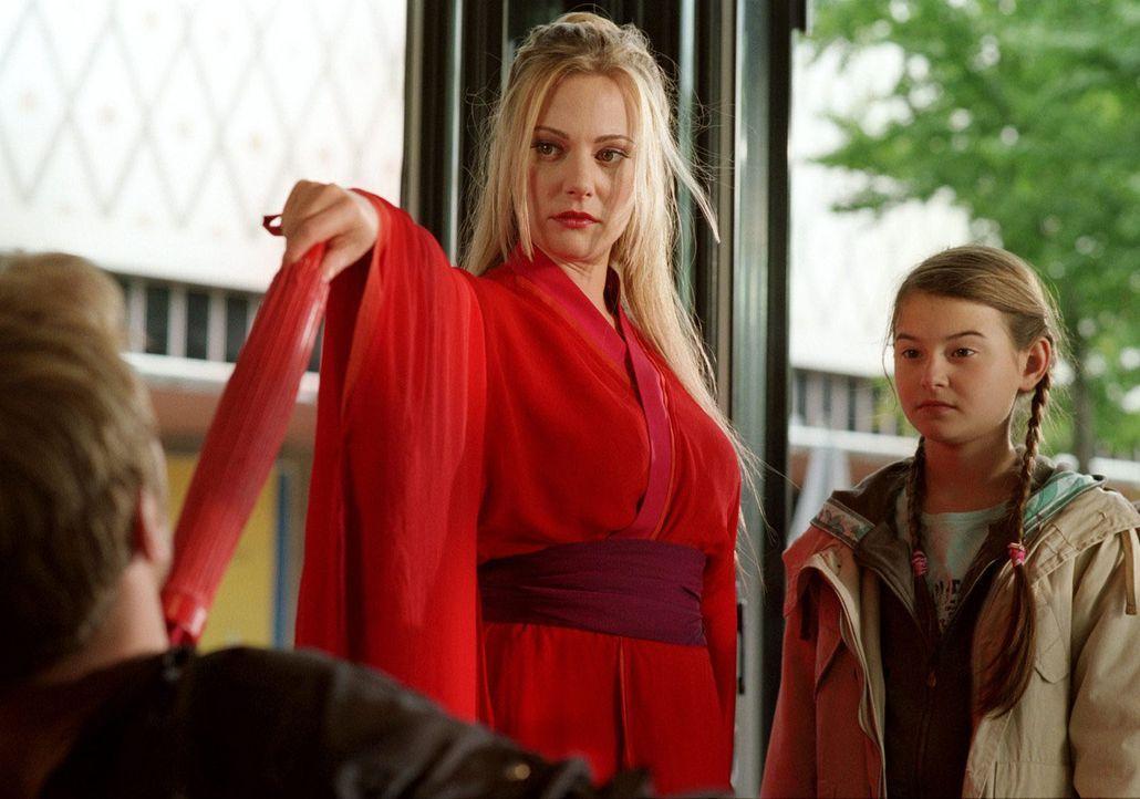 Antonia (Pauline Freidl, r.) stellt fest, dass ihr Kindermädchen Mechthilde (Eva Hassmann, l.) sich nicht alles gefallen lässt. - Bildquelle: Sat.1