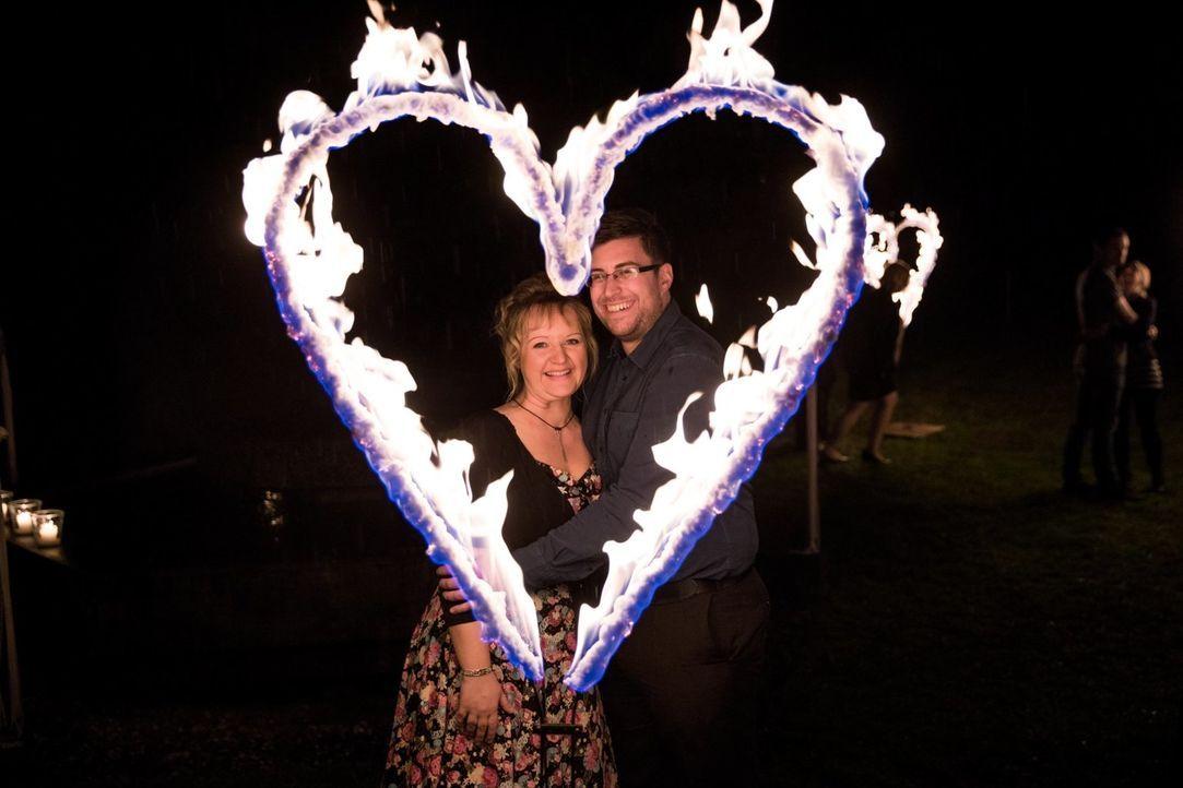Das glückliche Paar steht in lodernden Feuerherzen: Anja (l.) und ihre neue Liebe Lars (r.) lernten sich erst nach der Sendung kennen. - Bildquelle: SAT.1