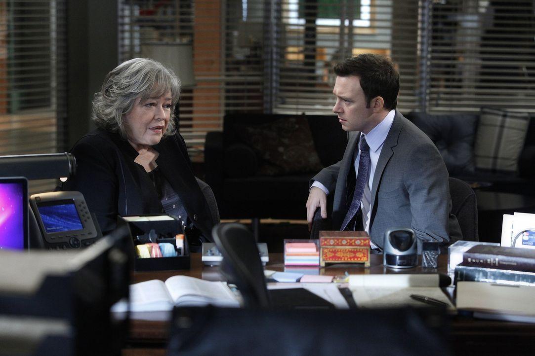 Arbeiten an einem neuen Fall: Harry (Kathy Bates, l.) und Adam (Nathan Corddry, r.) ... - Bildquelle: Warner Bros. Television