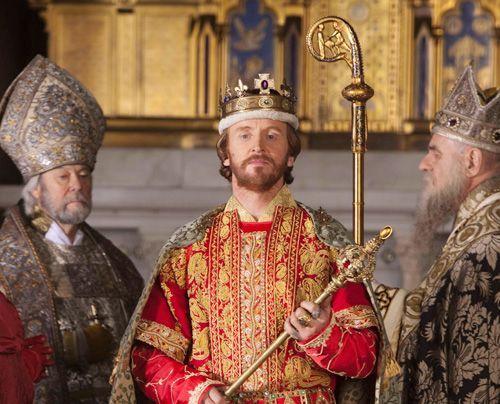 Mit Unterstützung der Kirche ignoriert Stephan (Tony Curran) das Testament seines Onkels Heinrich und macht sich selbst zum König von England.  - Bildquelle: Egon Endrenyi - Tandem Productions - Pillars Productions