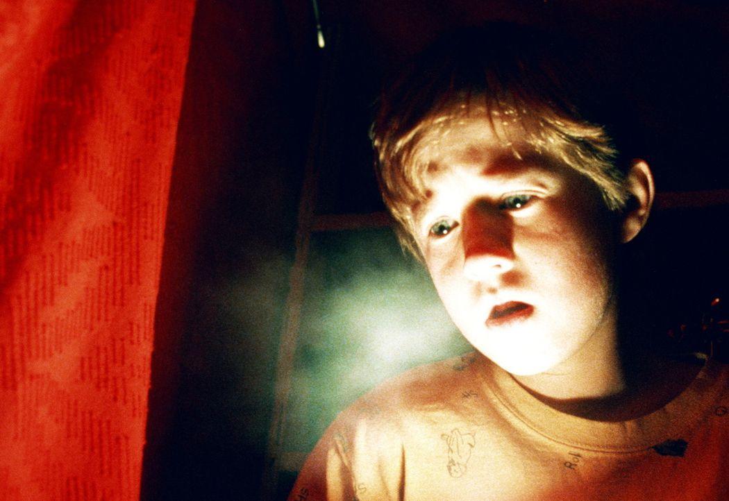 Zu jeder Tageszeit und an jedem Ort suchen Verstorbene den jungen Cole (Haley Joel Osment) auf, um ihm von ihrem vergangenen Leben zu erzählen. Das... - Bildquelle: Buena Vista Pictures