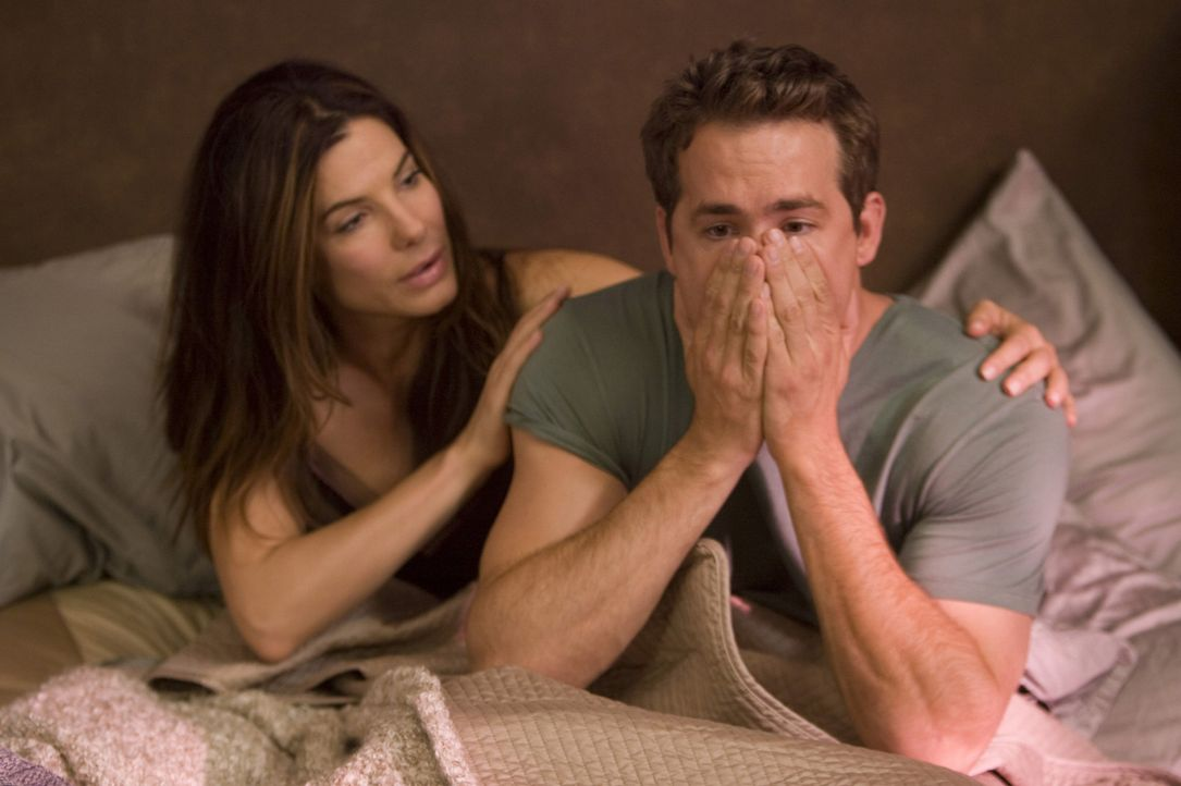 Als Margaret Tate (Sandra Bullock, l.) einen amerikanischen Ehemann braucht, um nicht des Landes verwiesen zu werden, entscheidet sie sich kurzerhan... - Bildquelle: Kerry Hayes Touchstone Pictures.  All Rights Reserved