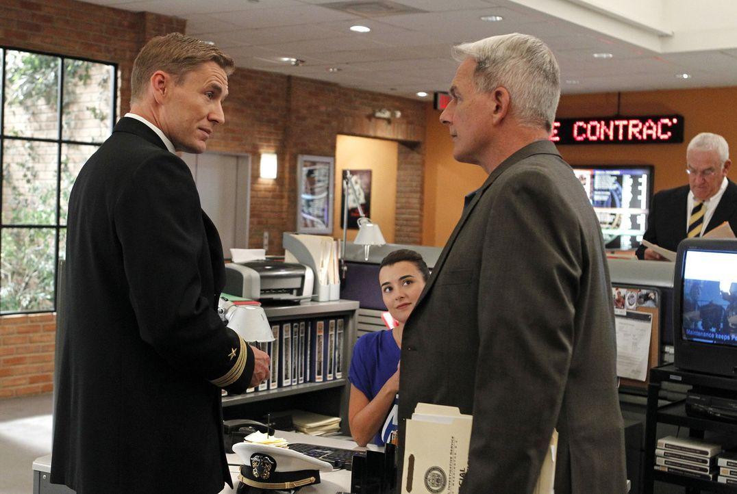 Ein neuer Fall beschäftigt Ziva (Cote de Pablo, M.), Gibbs (Mark Harmon, r.) und Navy Lieutenant Commander Geoffrey Brett (Brett Tucker, l.) ... - Bildquelle: CBS Television