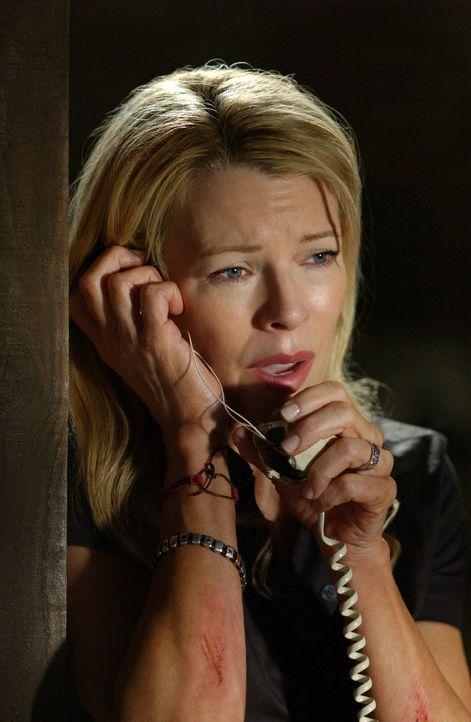 Von der Außenwelt abgeschnitten, gelingt es der entführten Jessica (Kim Basinger), ein kaputtes Telefon zu reparieren und eine ihr unbekannte Nummer... - Bildquelle: Warner Bros. Pictures