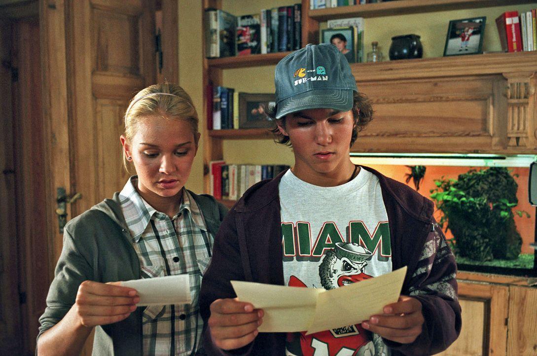 """Die sechzehnjährigen Zwillinge Luisa (Katharina Ursinus, l.) und Lukas (Tim O. Schultz, r.) entdecken auf ihren Geburtsurkunden den Eintrag """"Vater u... - Bildquelle: Sat.1"""