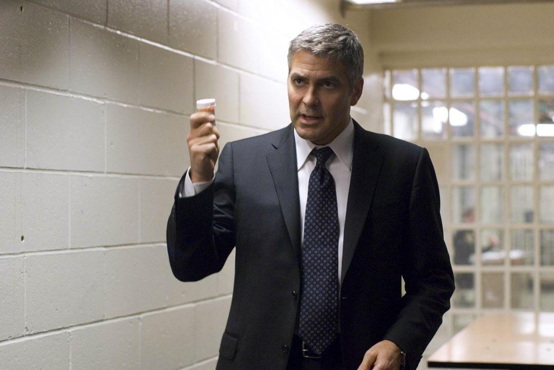 Was passiert, wenn Arthur Edens seine Medikamente nicht zu sich nimmt, ist kein Geheimnis. Doch alleine schafft es Michael (George Clooney) nicht, s... - Bildquelle: Constantin Film Verleih GmbH