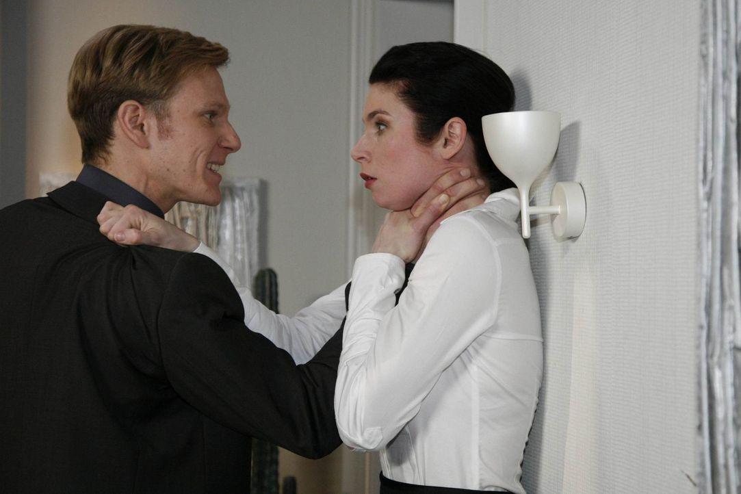 Gina (Elisabeth Sutterlüty, r.) muss erkennen, dass sie Philip (Philipp Romann, l.) unterschätzt hat ... - Bildquelle: SAT.1