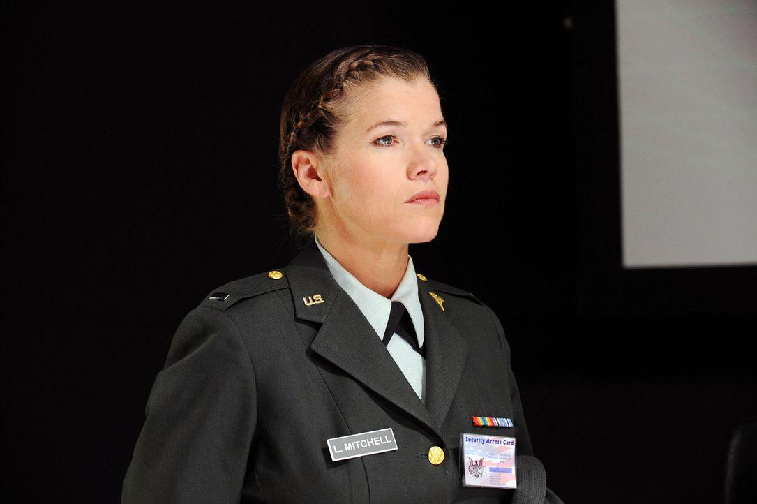 Lieutenant Louise Mitchell (Anke Engelke) bereitet eine geheime Mission vor. - Bildquelle: Willi Weber Sat.1