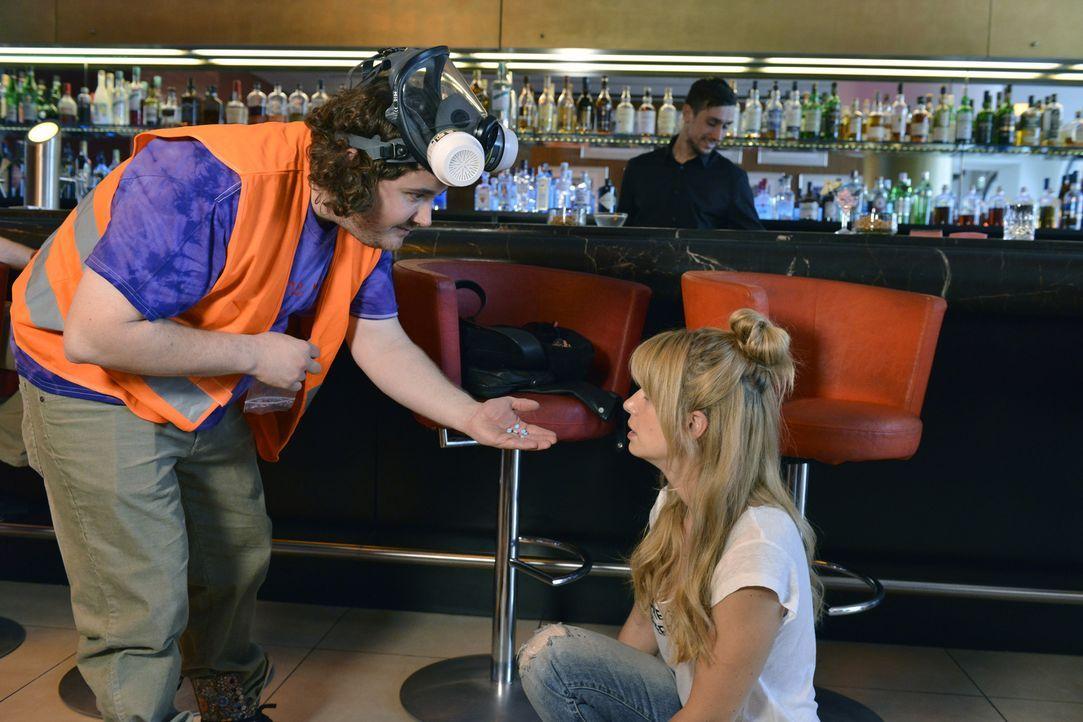 Mila (Susan Sideropoulos, r.) glaubt, von ihrem Blind-Date versetzt worden zu sein - doch dann muss sie feststellen, dass der Mann, der ihr zur Hilf... - Bildquelle: Oliver Ziebe SAT.1