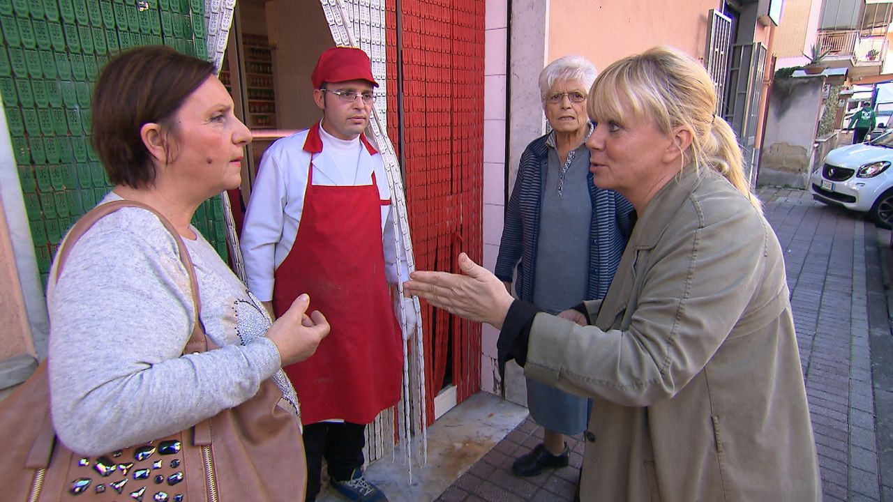 Julia Leischick (r.) macht sich auf den Weg nach Italien, um Jeanettes Vater zu finden. Doch wird sie dort wirklich fündig? - Bildquelle: SAT.1