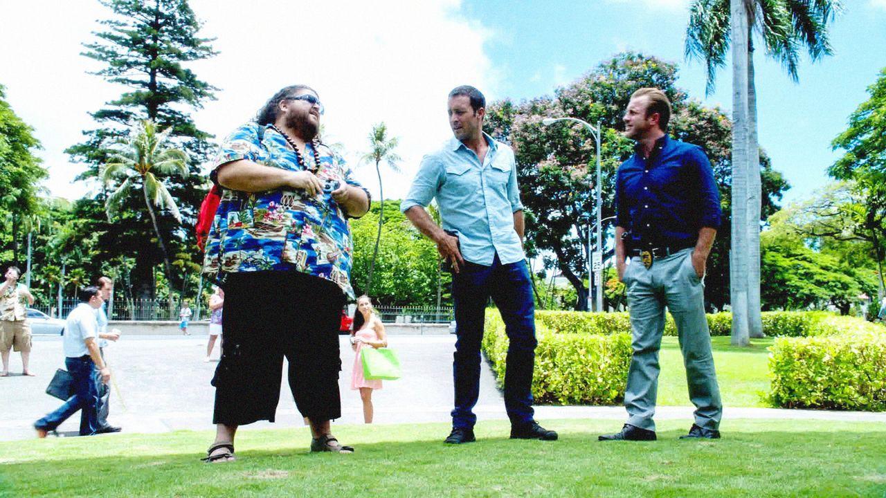 Steve (Alex O'Loughlin, M.) und Danny (Scott Caan, r.) bekommen von Jerry Ortega (Jorge Garcia, l.) Unterstützung in einem neuen Fall ... - Bildquelle: 2013 CBS BROADCASTING INC. All Rights Reserved.