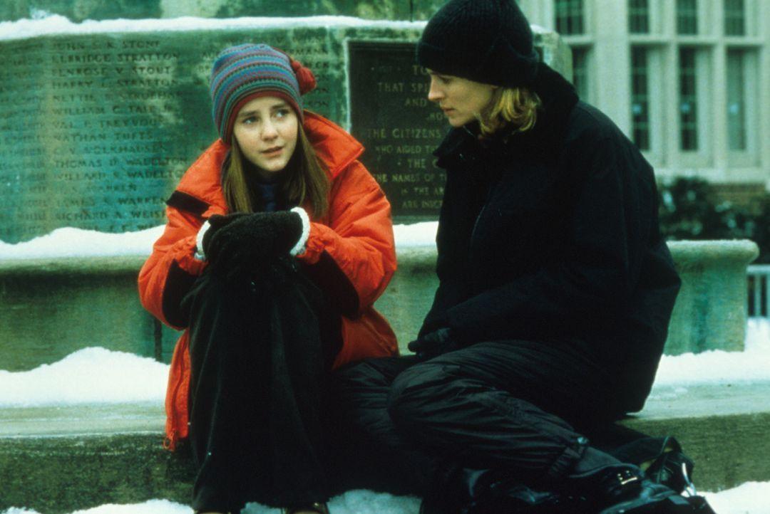 Langsam aber sicher entsteht zwischen Anna (Jena Malone, l.) und Isabel (Julia Roberts, r.) eine Freundschaft ... - Bildquelle: Columbia Pictures
